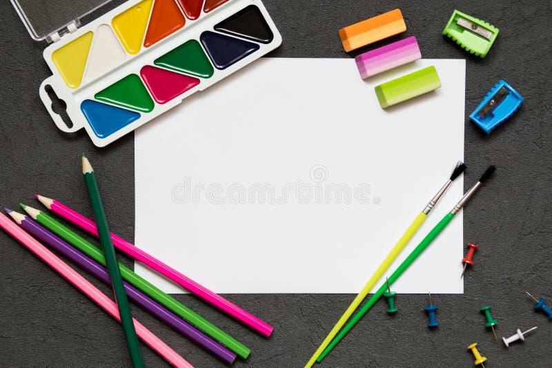 Szkolny materiały na czarnym tle, barwioni ołówki, pióra, boli dla edukacji szkolnej Popiera szkoła, kopii przestrzeń zdjęcia royalty free