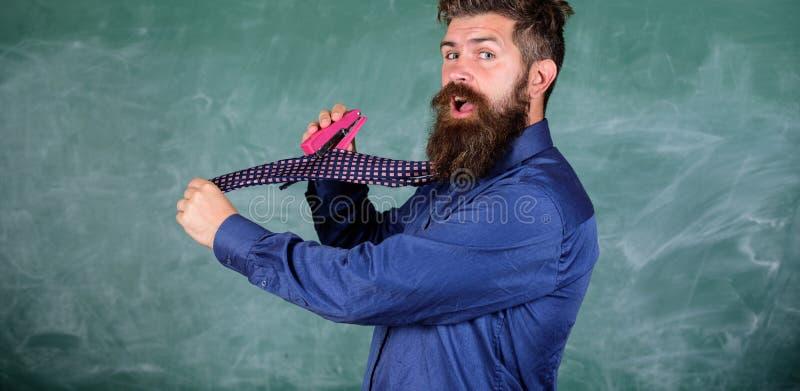 Szkolny materiały Mężczyzna use zaniedbanego zszywacza niebezpieczny sposób Modnisia nauczyciela formalnej odzieży krawat trzyma  obrazy stock