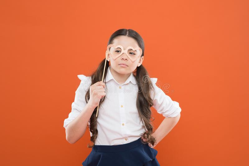 Szkolny partyjny pojęcie Dziecka mądrze spojrzenie przez fotografii budka podpiera eyeglasses czerwona r??a Kierowy mi?o?? symbol obraz stock