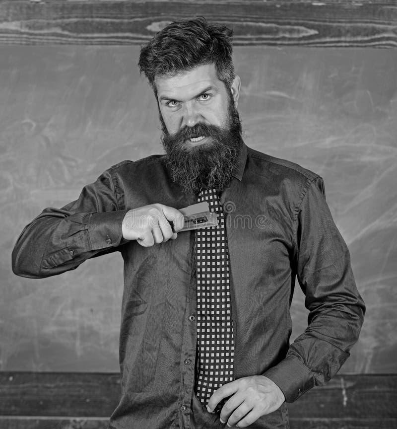 Szkolny wypadkowy zapobieganie Szkolny materiały Mężczyzna use zaniedbanego zszywacza niebezpieczny sposób Modnisia nauczyciela f obrazy stock