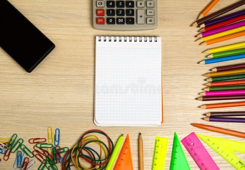 Szkolnych dostaw ołówek, pióro, władca, trójbok na blackboard tle przygotowywającym dla twój projekta szkolnych dostaw odgórny wi zdjęcia royalty free