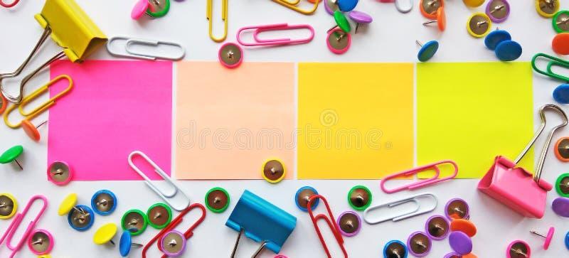 Szkolnych i biurowych dostaw papierowe klamerki, szpilki, notatki, majchery na białym tle obrazy stock