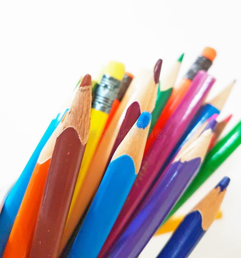 Szkolnych ołówków kolorów odosobniony preschool tło obraz stock