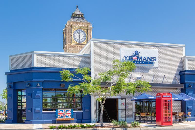 SZLACHCIURY lew & beczka KISSIMMEE, FLORYDA, MAJ - 29, 2019 - Brytyjska restauracja i Chodzimy robiący zakupy teren obok fotografia royalty free