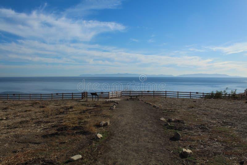 Szlak w Abalone Cove Shoreline Preserve prowadzący do Cliff, Palos Verdes Peninsula, hrabstwo Los Angeles, Kalifornia obrazy stock
