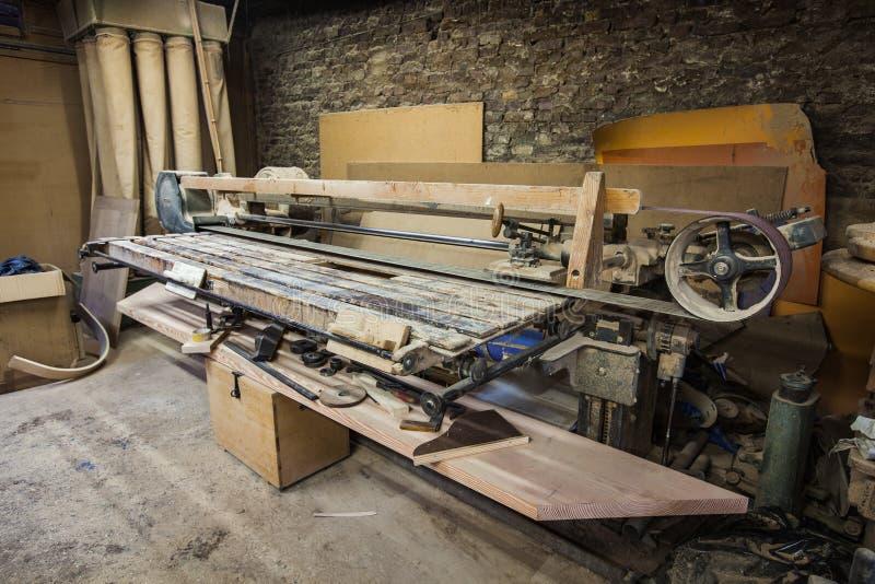 Szlifierskiej maszyny ciesielki maszyna w joiners warsztatowych zdjęcie royalty free