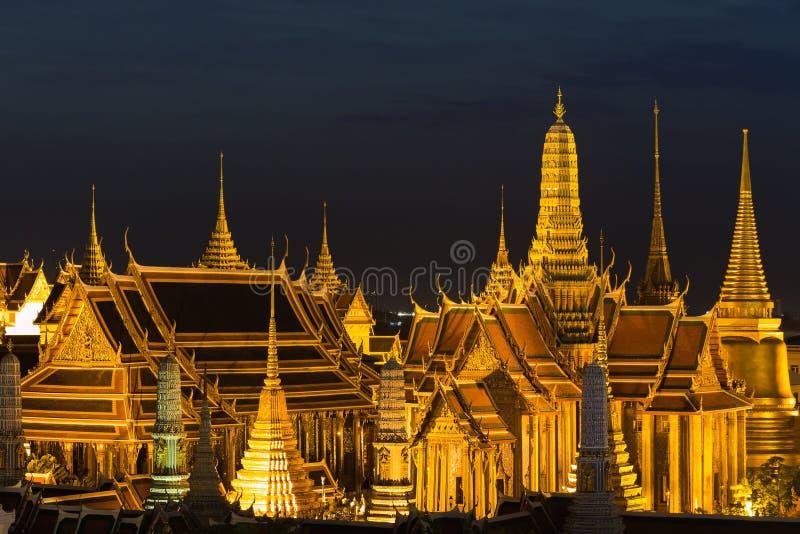 Szmaragdowy Buddha, Uroczysty pałac przy nocą w Bangkok zdjęcie royalty free