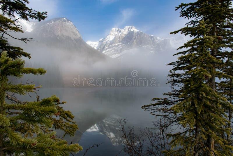 Szmaragdowy jezioro przez drzew BC Kanada zdjęcia stock
