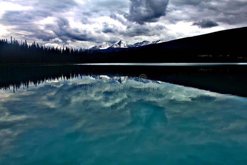 Szmaragdowy jezioro w burzy zdjęcie royalty free