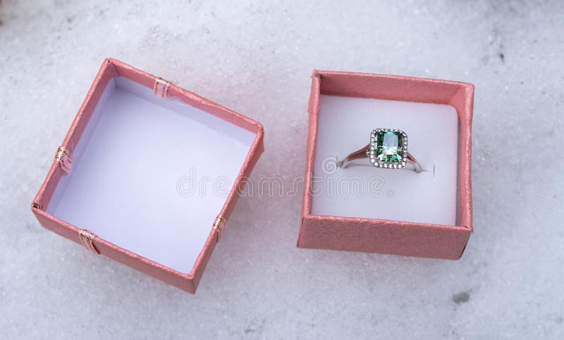 Szmaragdowy Zaręczynowy halo pierścionek zdjęcie royalty free