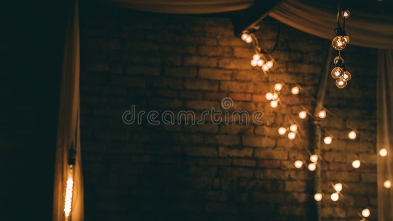 Sznurek światła obok ściana z cegieł fotografia stock