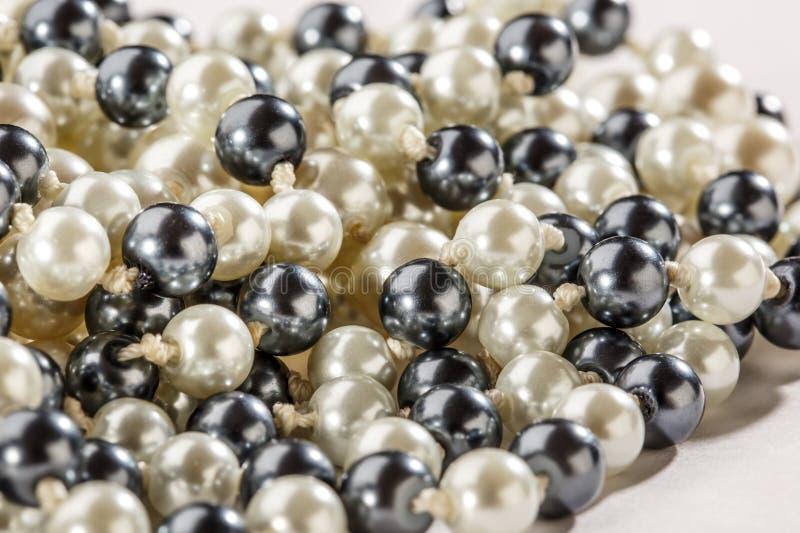 Sznurek czarny i biały perły fotografia stock