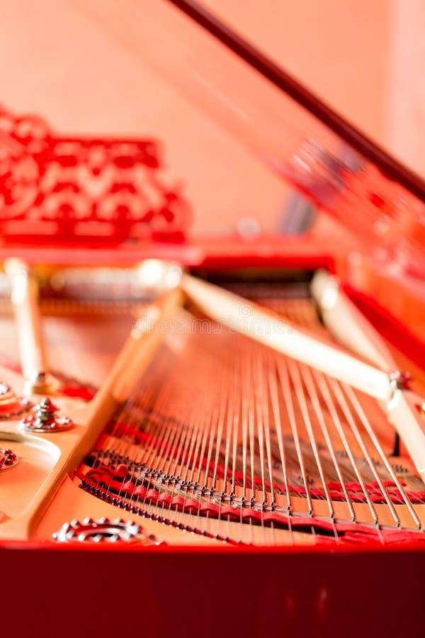 Sznurka zakończenie Rocznika czerwony klasyczny uroczysty pianino Instrumentu muzycznego abstrakt zdjęcia royalty free