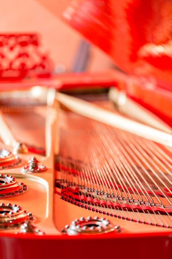 Sznurka zakończenie Rocznika czerwony klasyczny uroczysty pianino Instrumentu muzycznego abstrakt zdjęcie stock