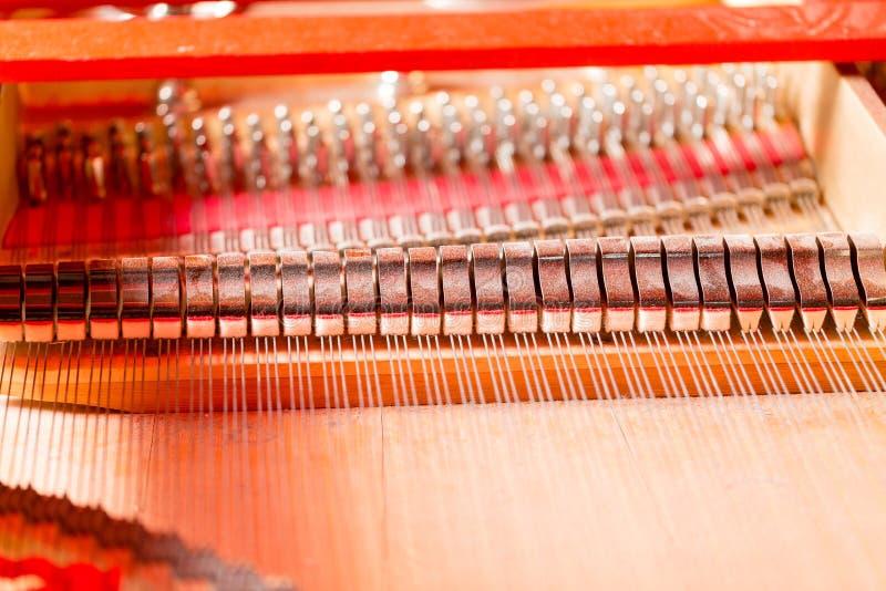 Sznurki, dobniaki, dampeners i rozsądnej deski inside uroczysty pianino, zdjęcia royalty free