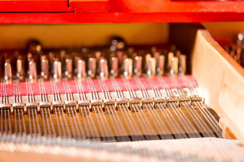 Sznurki, dobniaki, dampeners i rozsądnej deski inside uroczysty pianino, obraz royalty free