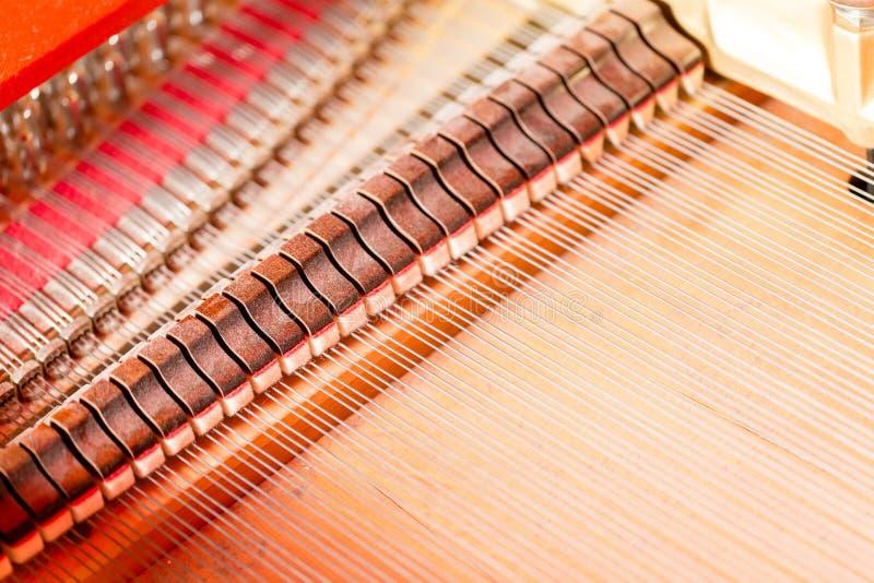 Sznurki, dobniaki, dampeners i rozsądnej deski inside uroczysty pianino, fotografia royalty free