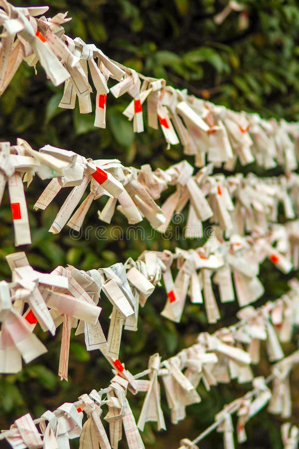 Sznurki złe pomyślność wieszali z lewej strony behind przy Sintoizm świątynią w Tokio Japonia obrazy stock