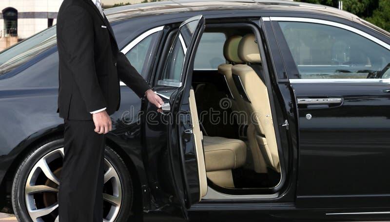 Szofer otwiera samochodowego drzwi fotografia stock