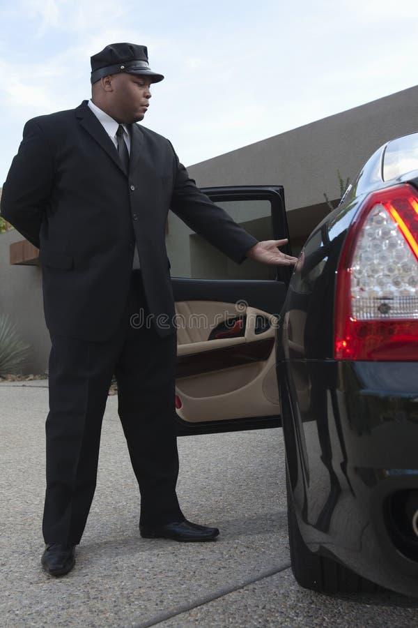 Szofer Przedłużyć rękę W kierunku Otwartego Samochodowego drzwi zdjęcia stock