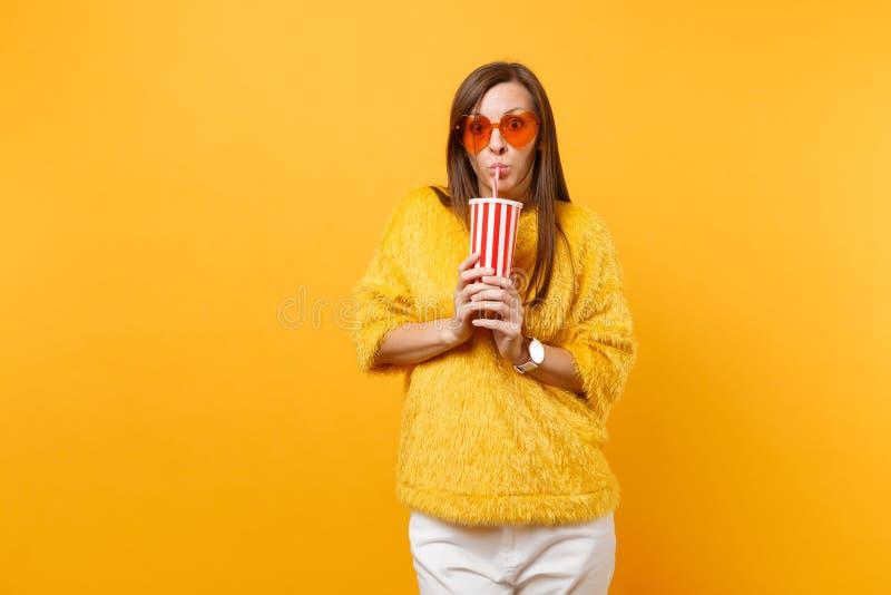 Szokująca młoda kobieta pije w futerkowych puloweru, serca pomarańczowych szkłach i obraz royalty free