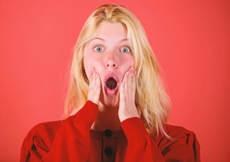 Szokujący wiadomości pojęcie Dziewczyna szokująca przytłaczającą niespodzianką Zdziwiony kobiety cant wierzy ona oczy Boże Narodz fotografia stock