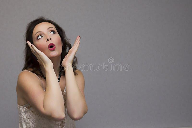 Szokująca ładna dziewczyna patrzeje daleko od z otwartym usta zdjęcie stock