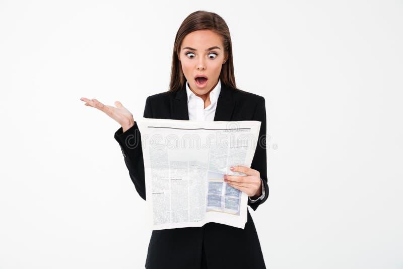 Szokująca biznesowej kobiety mienia gazeta obrazy royalty free