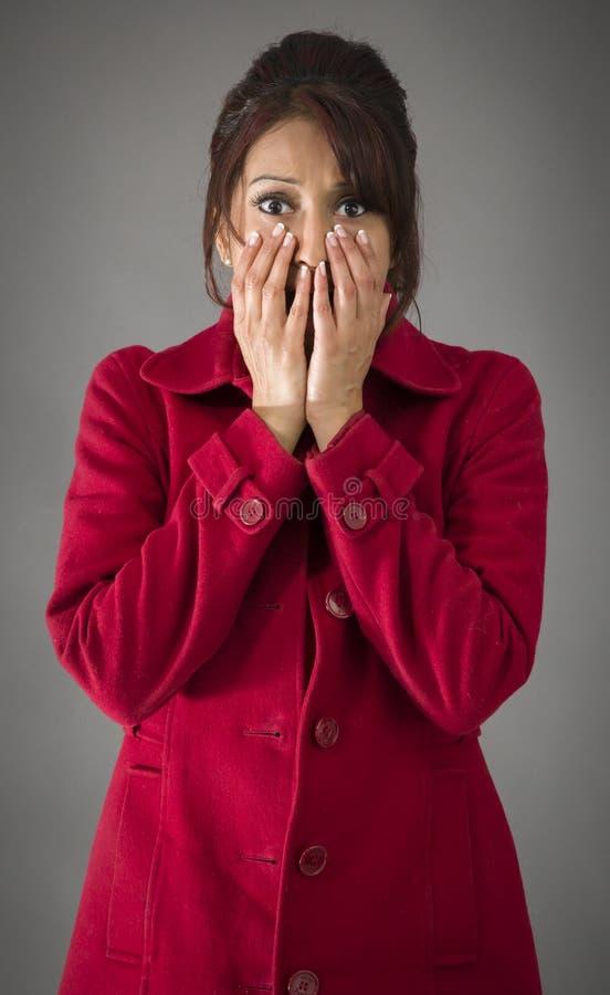 Download Szokująca Indiańska Kobieta Z Oddawał Usta Odizolowywającego Na Barwionym Tle Zdjęcie Stock - Obraz złożonej z widok, brwi: 41950618