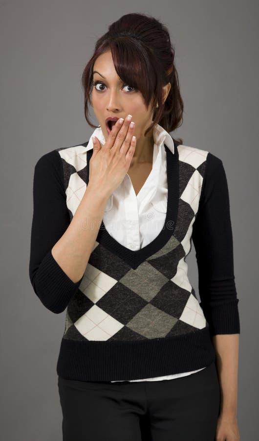 Download Szokująca Indiańska Młoda Kobieta Z Oddawał Usta Odizolowywającego Na Barwionym Tle Zdjęcie Stock - Obraz złożonej z usta, human: 41950646