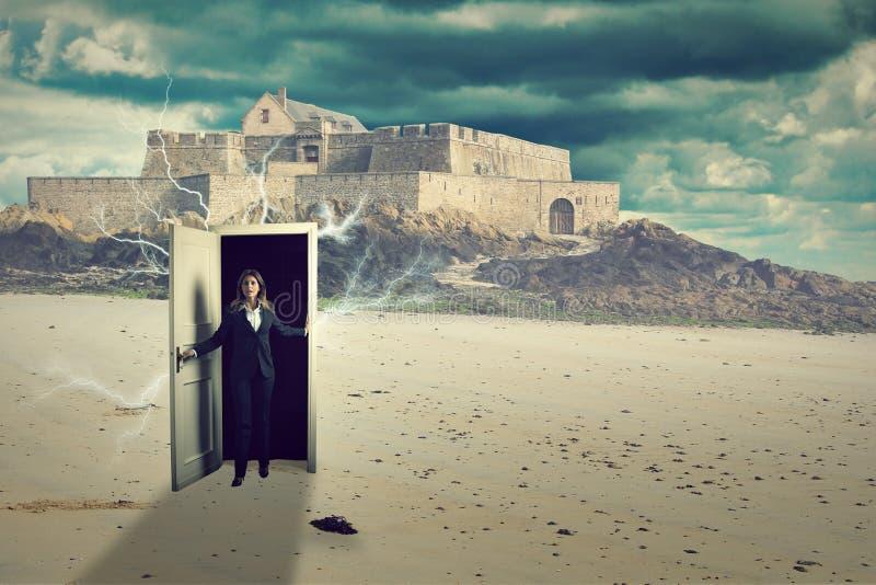 Szokująca kobieta na dziwacznej surrealistycznej plaży fotografia royalty free