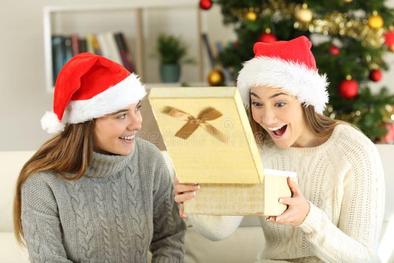 Szokująca kobieta otrzymywa prezent na bożych narodzeniach zdjęcie stock