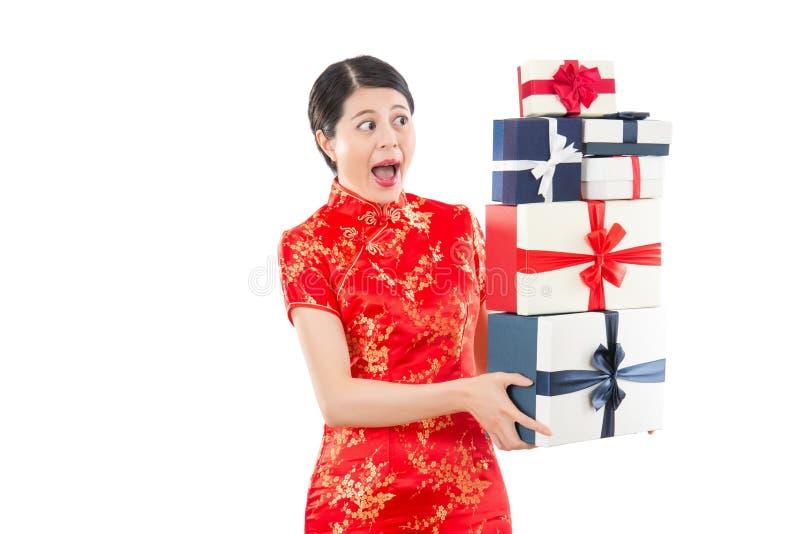 Szokująca kobieta trzyma wiele prezentów pudełka fotografia royalty free