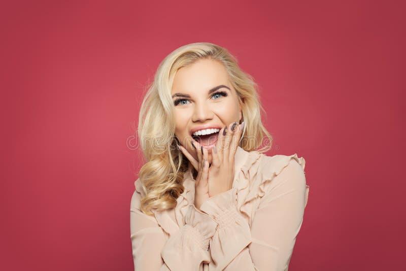 Szokująca kobieta z usta otwartym na różowym tle Szczęśliwy z podnieceniem dziewczyna portret zdjęcia royalty free