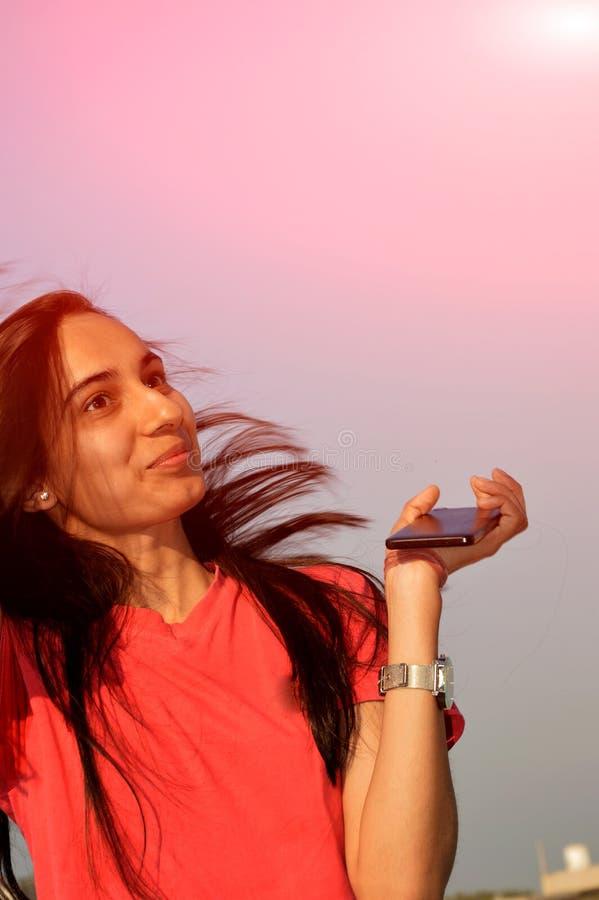 Szokująca nastoletniej dziewczyny pozycja w jej domowym dachu zdjęcia stock