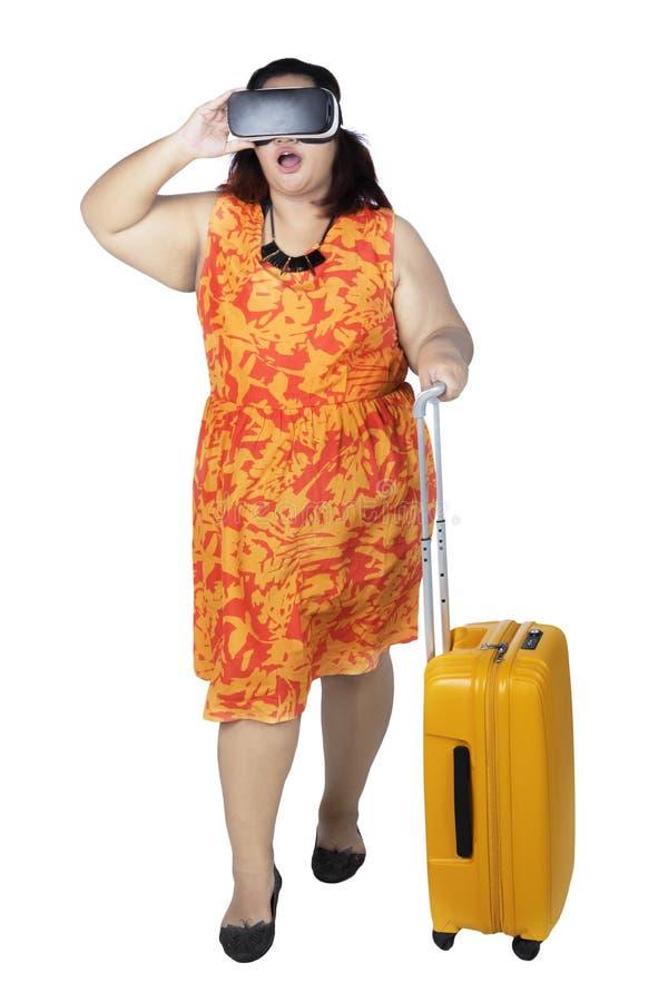 Szokujący żeński turysta z rzeczywistości wirtualnej gogle zdjęcie stock