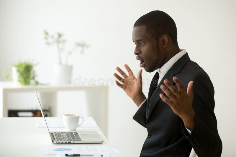 Szokujący afroamerykański biznesmen oszałamiający wiadomością patrzeje fotografia royalty free