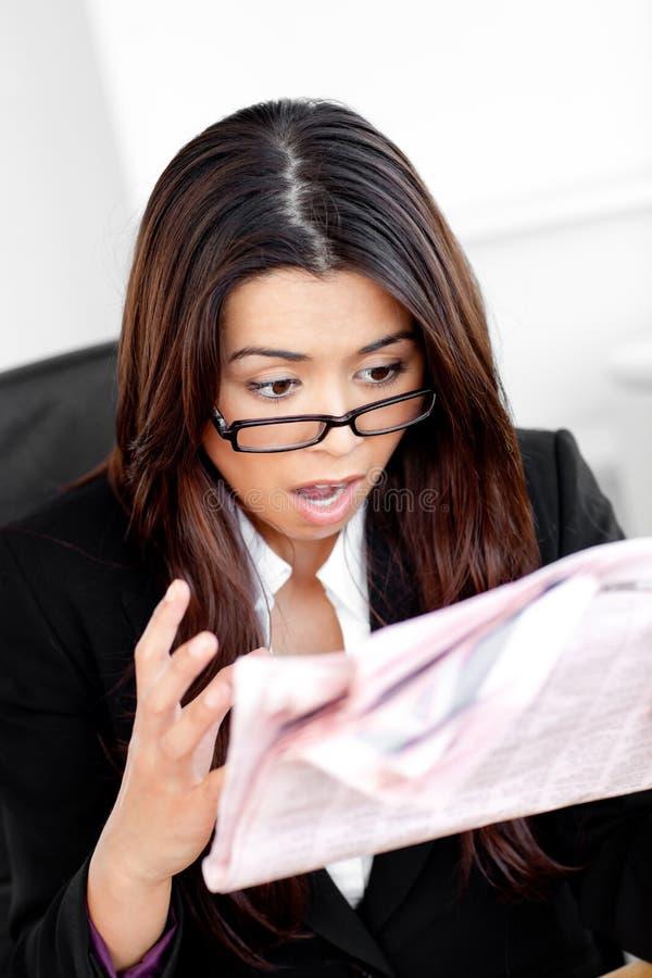 szokujący gazetowy bizneswomanu czytanie zdjęcia stock