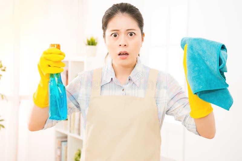 Szokujący gospodyni domowej cleaning okno obrazy stock