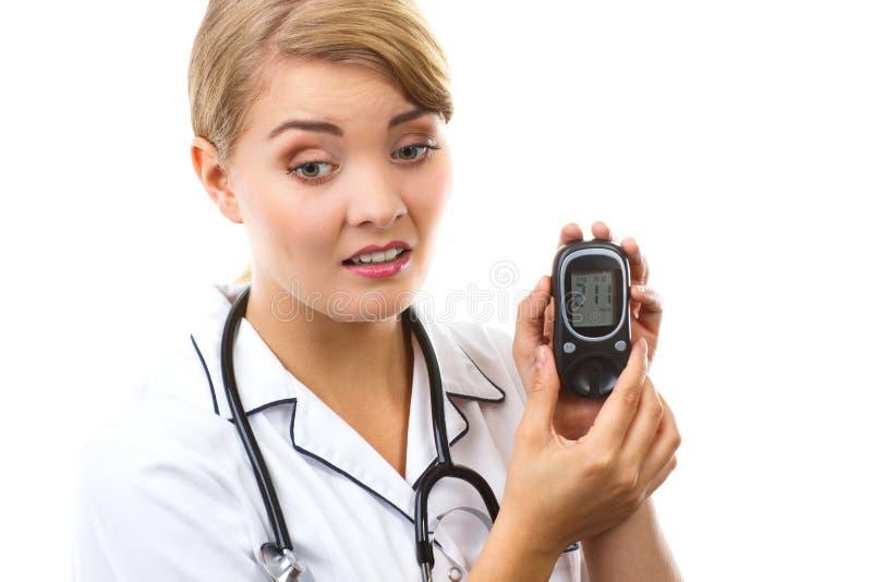 Szokujący kobiety mienia glucometer, pomiarowy cukieru poziom, pojęcie cukrzyce obraz stock