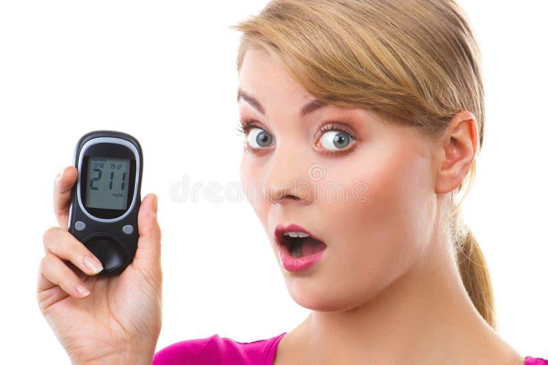 Szokujący kobiety mienia glucometer, pomiarowy cukieru poziom, pojęcie cukrzyce obrazy stock