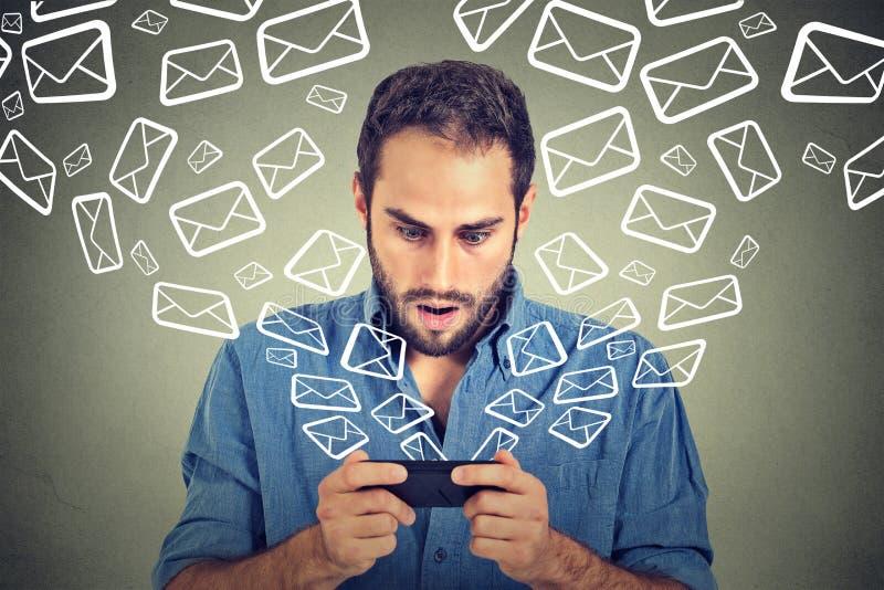 Szokujący mężczyzna dosłania wiadomości ruchliwie emaile od mądrze telefonu emaila ikon latać telefon komórkowy