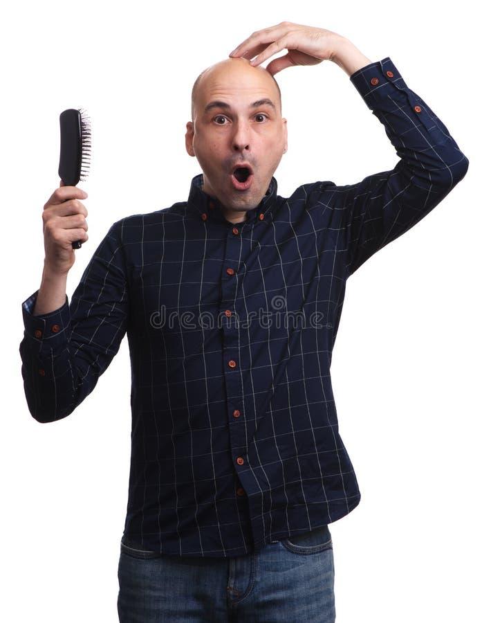 Szokujący mężczyzna trzyma jego głowę bez włosy fotografia stock