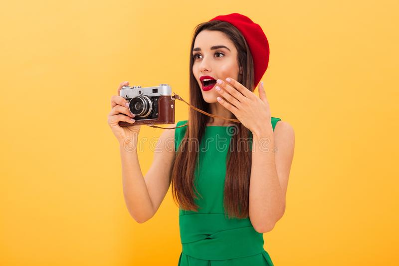 Szokujący młoda kobieta fotografa turysta zdjęcie stock