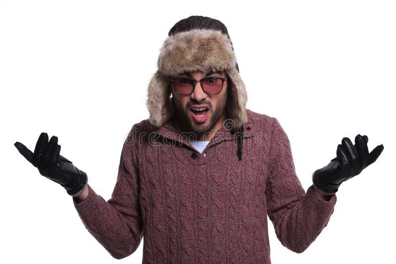 Szokujący młody człowiek w zima odzieżowym i futerkowym kapeluszu zdjęcia stock