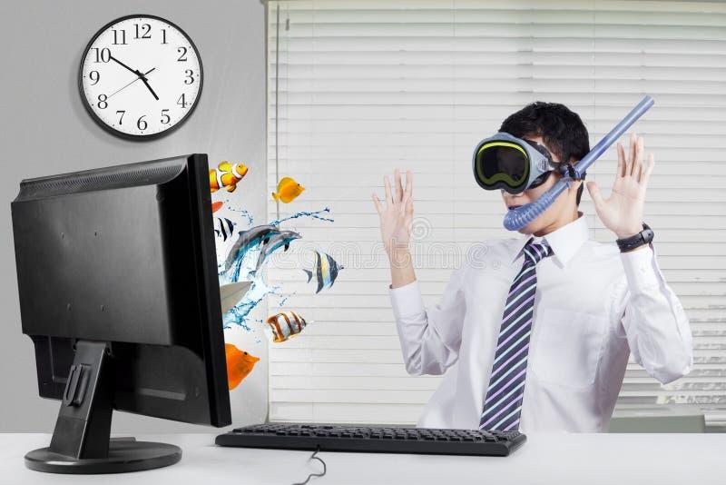 Szokujący pracownik z ryba na monitorze obrazy royalty free