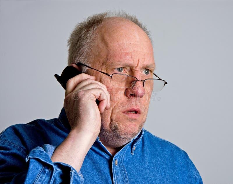 szokujący stary mężczyzna telefon obraz royalty free
