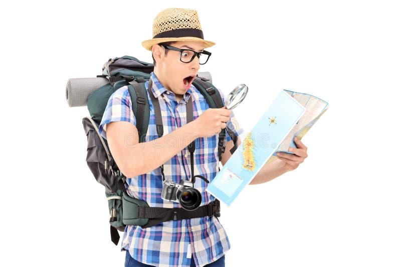 Szokujący turystyczny patrzejący mapę obraz stock