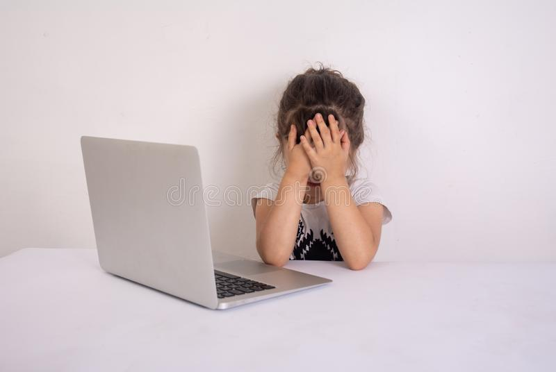 Szokuj?ca zawarto?? Preschool dziewczyna surfingu internet z szokującą twarzą Dziewczyna oszałamiający wyrażenie i dotyka jej gło fotografia stock
