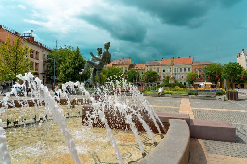 SZOMBATHLY, Węgry, 08. 16. 2019 r.. Stary główny plac miejski z fontanną i ludźmi obrazy stock